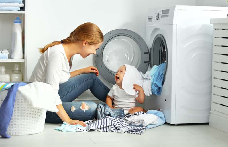 Kobieta z dzieckiem podczas prania