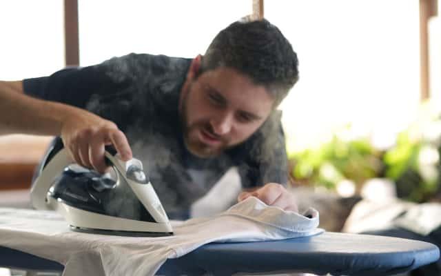 Czym i jak wyczyścić przypalone żelazko? Najskuteczniejsze sposoby