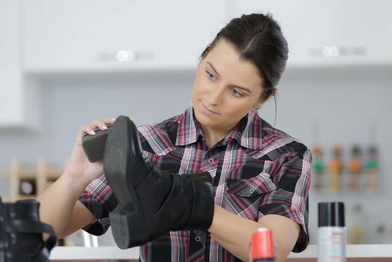 Kobieta podczas renowacji butów