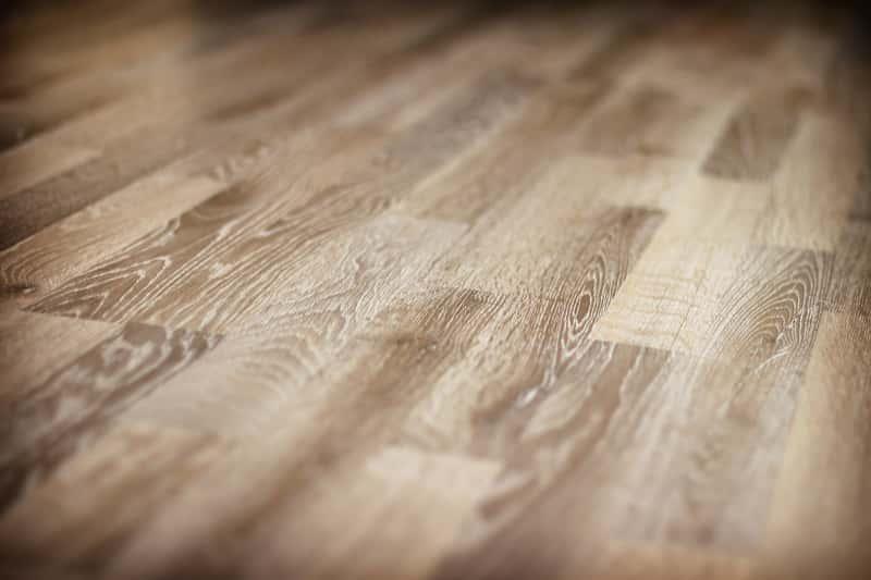 Panele podłogowe z rysami