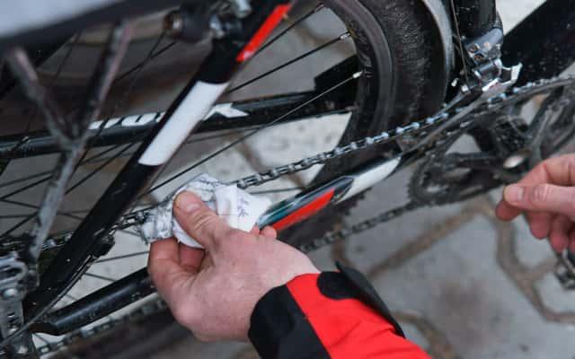 Smarowanie łańcucha rowerowego krok po kroku – poradnik praktyczny