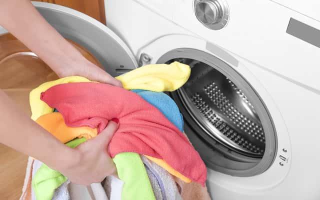 Smród i nieprzyjemny zapach z pralki - jak z nim walczyć?