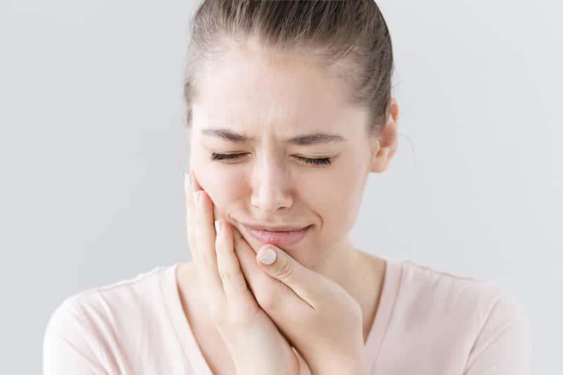 Domowe sposoby na ból zęba – 4 skuteczne metody na łagodzenie bólu