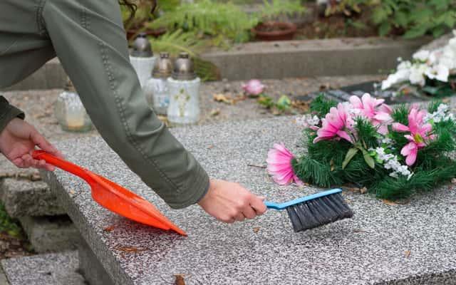 Sprzątanie i czyszczenie grobów krok po kroku – co zabrać na cmentarz i jak się za to zabrać?