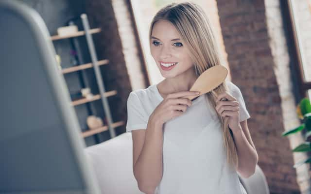 Czy suchy szampon niszczy włosy? Wyjaśniamy, jak działa i jak używać suchy szampon