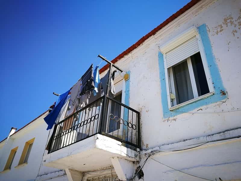 Suszarka zaokienna na balkonie