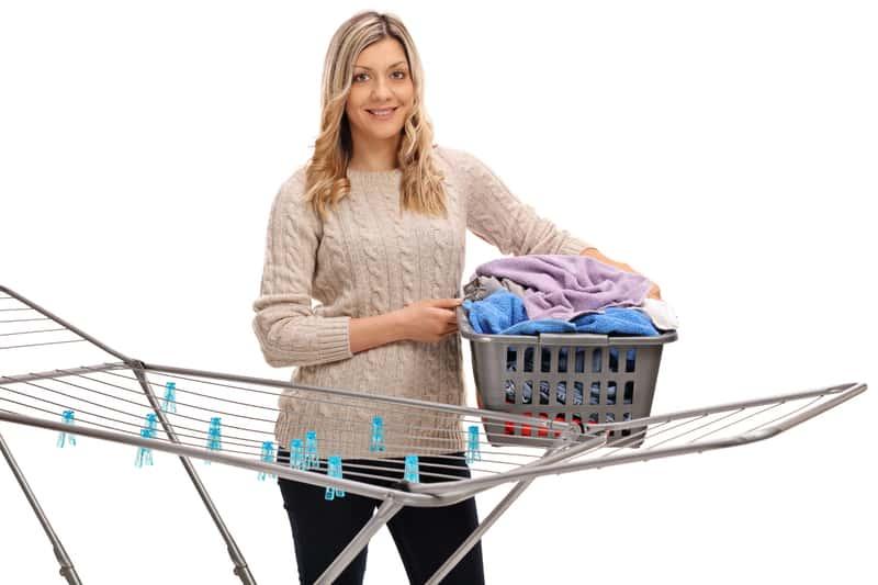 Kobieta z suszarką na pranie