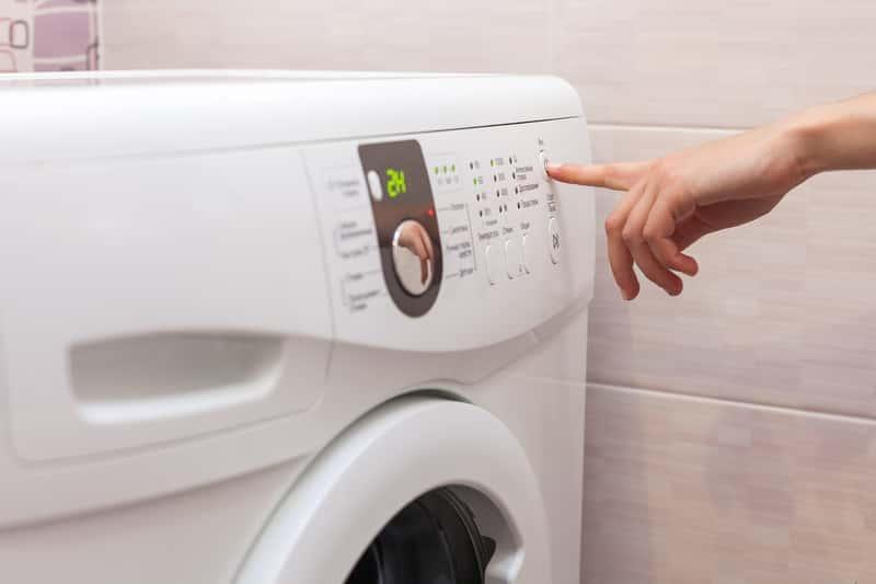 Pralka podczas programowania prania