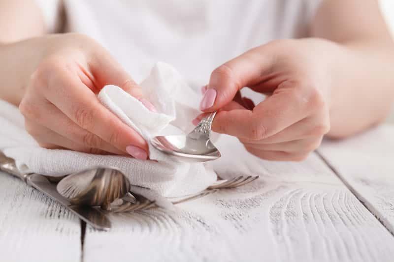 Najlepsze sposoby na czyszczenie sztućców – zobacz, jak je przygotować na domową imprezę