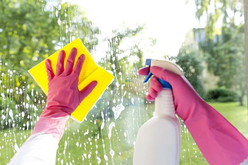 Jak szybko umyć okna – domowe sposoby na błyskawicznie czyste okna