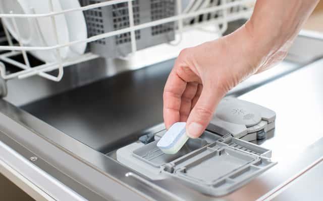 Tabletki do zmywarki - popularne marki, opinie, ceny, skuteczność działania