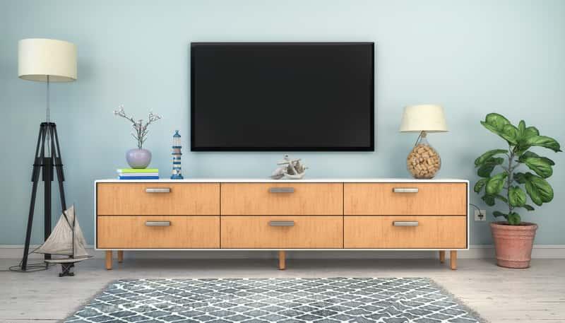 Na jakiej wysokości powiesić telewizor w salonie? Poradnik praktyczny