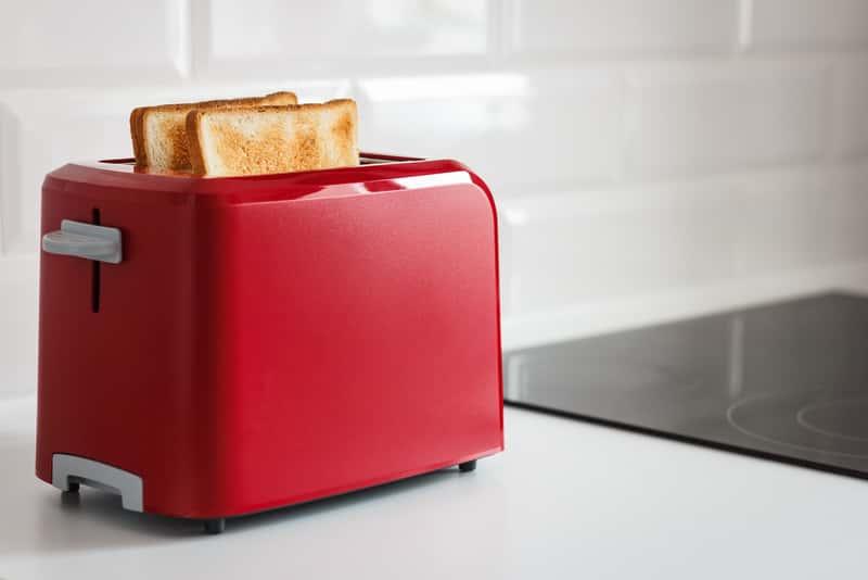 Czerwony toster w kuchni