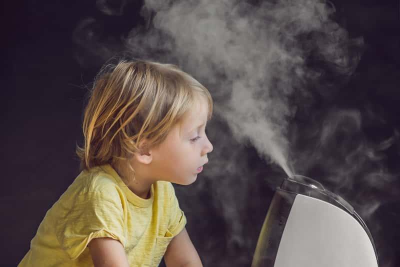 Dziecko przy ultradźwiękowym nawilżaczu powietrza