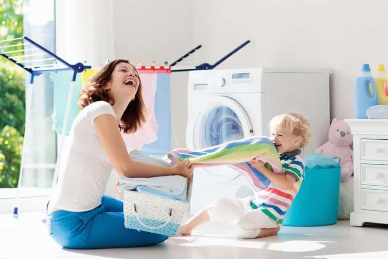 Kobieta poczas prania z dzieckiem