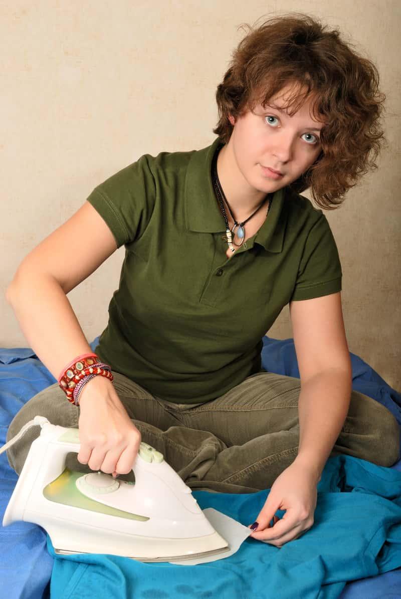 Kobieta podczas usuwania wosku żelazkiem