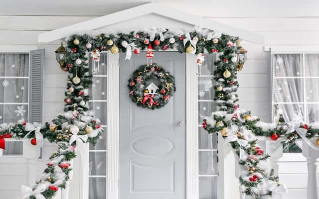 Jak zrobić wianek na drzwi krok po kroku – poradnik świąteczny