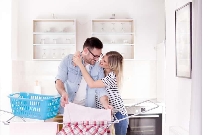 Para wieszająca pranie