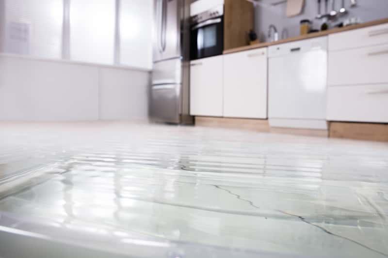 Woda wypływająca z lodówki