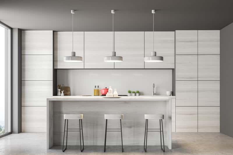 Piękna i nowoczesna zabudowa kuchni z udziałem lodówki Bosch, która posiada swoje wady i zalety oraz w przewadze pozytywne opinie