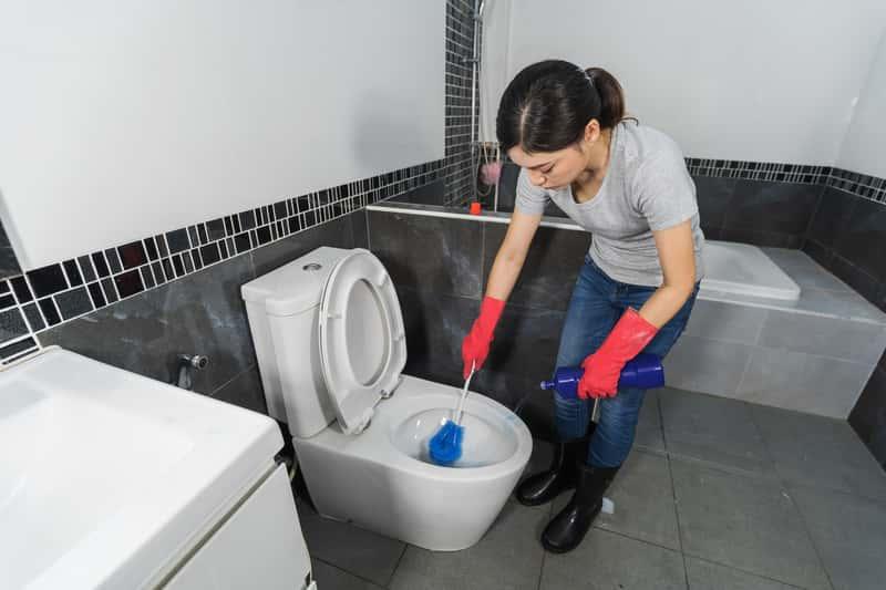 Kobieta przy zatkanej toalecie