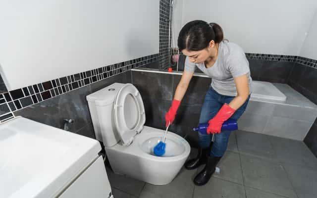Zatkana toaleta - praktyczne sposoby na odetkanie ubikacji
