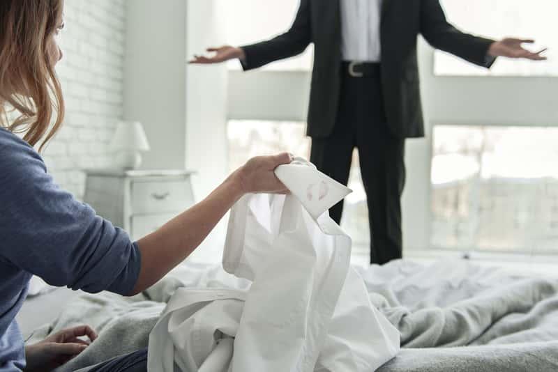 Sennik zdrada – co oznaczają sny o zdradzie? Wyjaśniamy