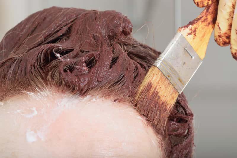 Czym zmyć farbę do włosów ze skóry głowy? Sprawdzone sposoby