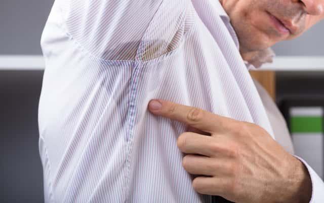 Żółte plamy pod pachami - jak je wywabić z koszul? Poradnik praktyczny