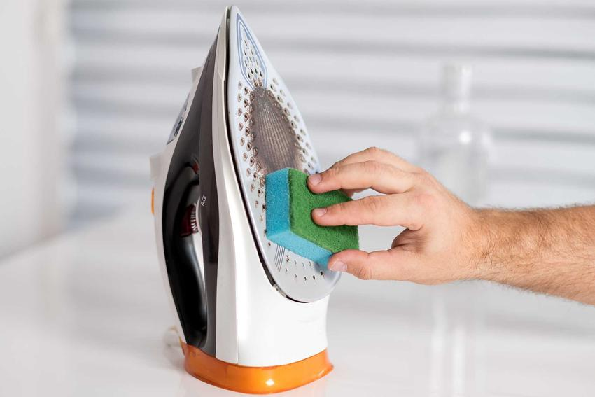 Czyszczenie żelazka ze stalową stopą polega na rozprowadzeniu soli na mokrej ściereczce i prasowaniu w różnych kierunkach.