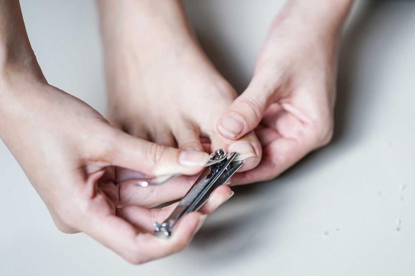 Obcinanie paznokci oraz porady, jak obcinać paznokcie u rąk i paznokcie u nóg, w tym jak modnie obciąć paznokcie