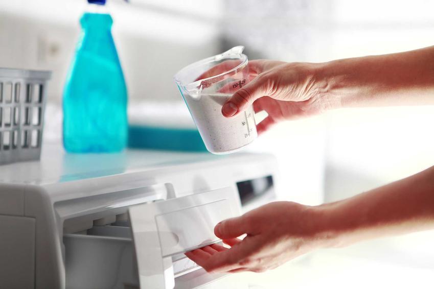 Wsypywanie proszku do prania w pralkach różnych producentów może przebiegać inaczej. Najczęściej pojemnik umiejscowiony jest z przodu, by łatwo było go wysunąć.
