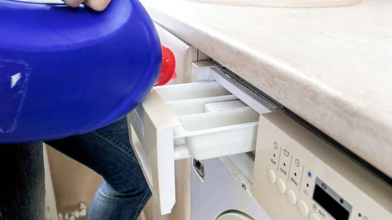Wlewanie płynu do prania lub płukania można zrobić bezpośrednio do bębna pralki lub do specjalnego pojemnika