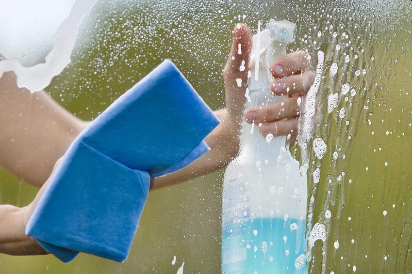 Mycie okien bez smug i mycie szyby bez smug, a także porady czym myć okna i jak je umyć, żeby były gładkie i pozbawione smug