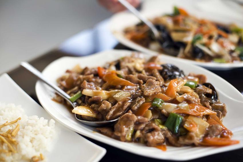 Dobra chińszczyzna z ryżem lub z makaronem, czyli jak zrobić chińszczyznę w domu, najlepsze przepisy i sposoby