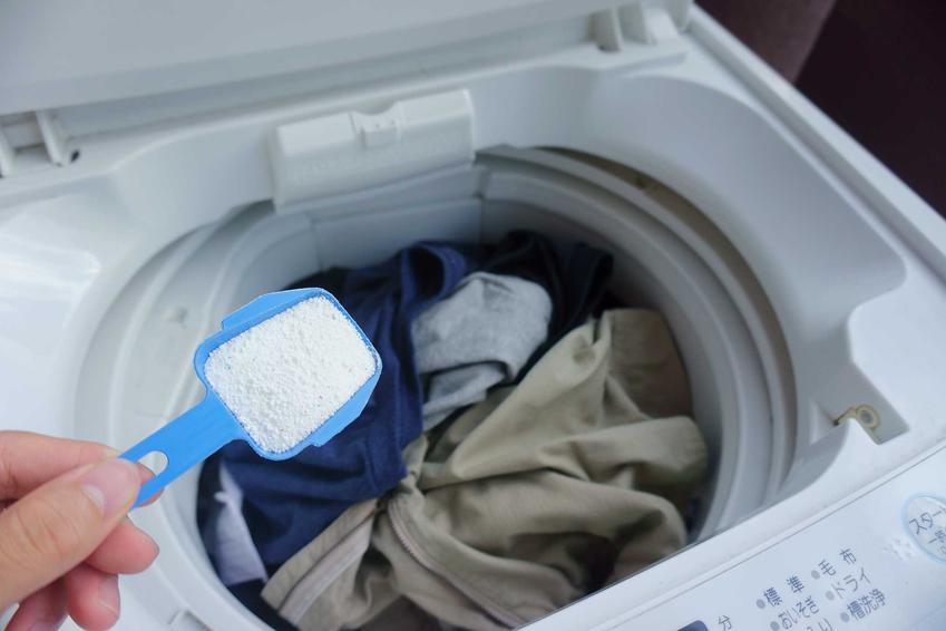 Ile wsypać proszku do pralki? Porcja jest zależna od poziomu załadowania pralki, a także wskazówek podanych na opakowaniu.