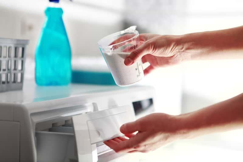 Ile proszku wsypać do pralki? To zależy od wielkości prania, a sypanie proszku do pojemnika powinno być odmierzone.