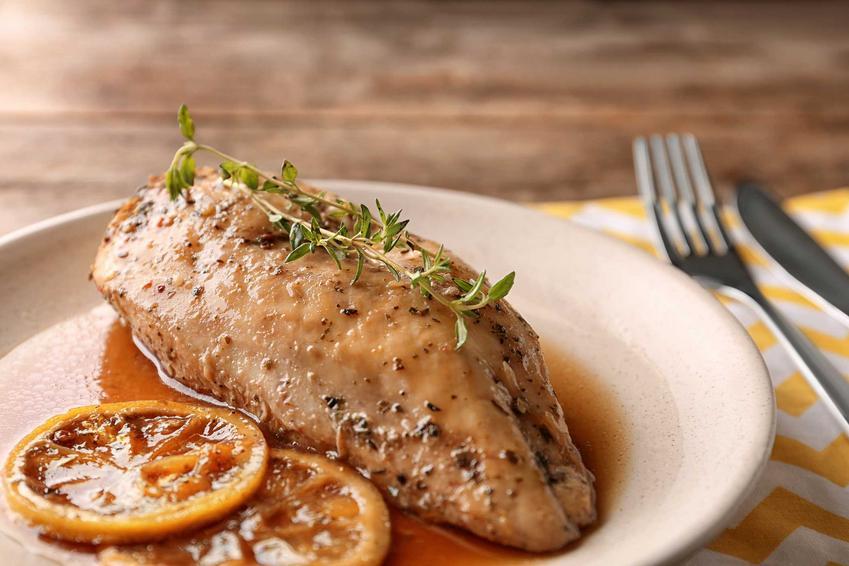 Gotowana pierś z kurczaka w ziołach oraz najlepsze przepisy, jak ugotować pierś z kurczaka krok po kroku