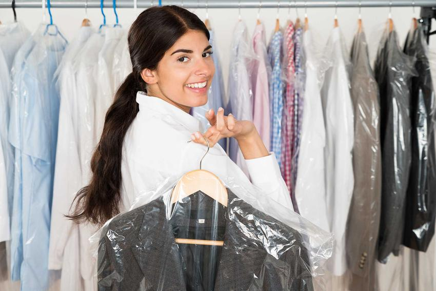 Pranie chemiczne to jeden z najlepszych sposobów na czyszczenie płaszczy i garniturów. Można to zrobić także w domu, chociaż to także dość trudne.