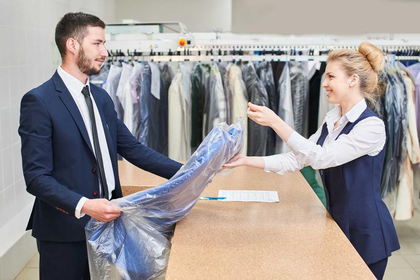 Pranie na sucho najczęściej dotyczy płaszczy i garniturów. Można w ten sposób także odświeżyć elegancką sukienkę. Obsługa czytników ekranu włączona.
