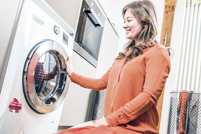 Pranie ręczne w pralce jest delikatne. Można stosować je do prania delikatnych ubrań i tkanin, ponieważ to pranie w niskiej temperaturze.