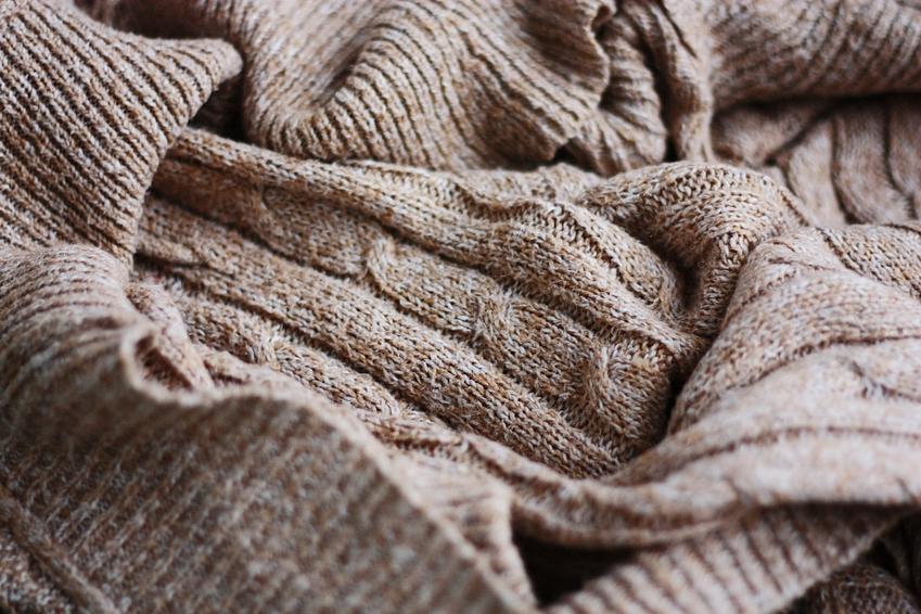 Stary sweter oraz sposoby na sfilcowany sweter w praniu, czyli jak uratować sfilcowany sweter