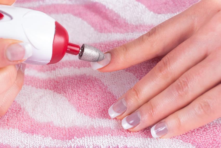 Frezarka do paznokci podczas pracy, czyli szlifierka do paznokci i polecane modele
