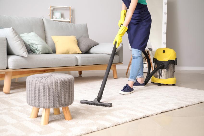 Kobieta odkurzająca dywan, czyli generalne porządku w domu i sprzątanie krok po kroku