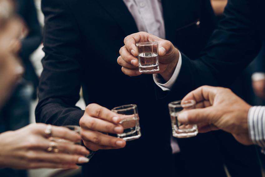 Toast na weselu oraz jaka wódka na wesele, czyli ranking wódek weselnych