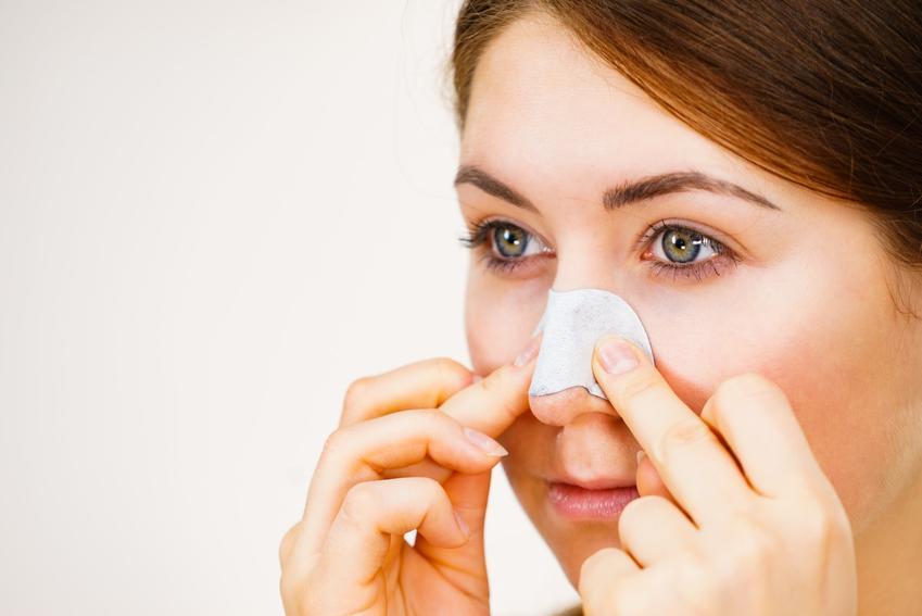 Kobieta z plastrem na nosie, czyli wągry na nosie i porady jak pozbyć się wągrów