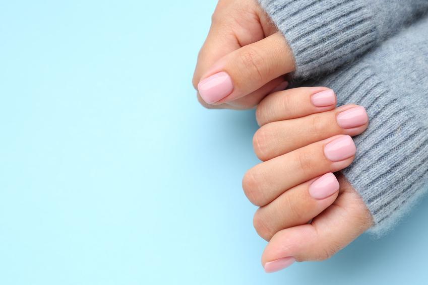 Różowe paznokcie żelowe oraz porady jak ściągnąć żel z paznokci i tipsy żelowe w domu