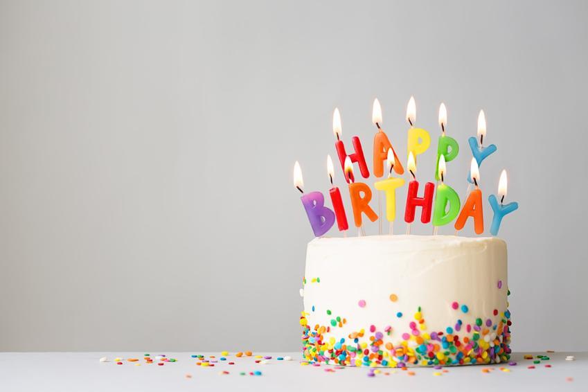 Tort urodzinowy ze świeczkami, a także najlepsze przepisy jak zrobić tort urodzinowy