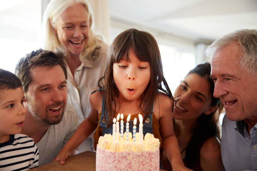 Rodzina podczas urodzin dziewczynki, a także proste torty urodzinowe i przepisy