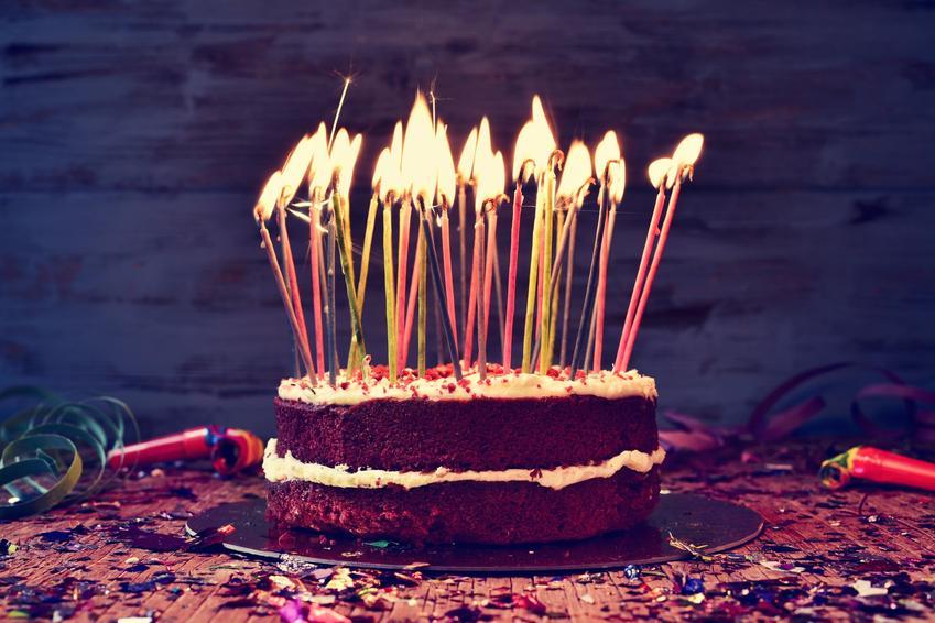 Ciemny tort ze świeczkami, a także przepisy jak zrobić tort urodzinowy